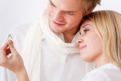 Pares en el amor - anillo de compromiso romántico imagenes de archivo