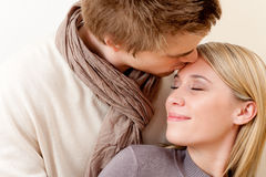Pares en el amor - beso romántico Imagen de archivo