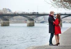 Pares en el amor que abraza cerca de artes del DES de Pont en París foto de archivo libre de regalías