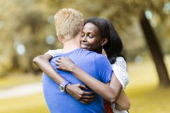 Pares en el amor que abraza peacfully al aire libre Imagenes de archivo