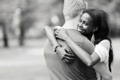 Pares en el amor que abraza peacfully al aire libre Imágenes de archivo libres de regalías