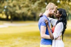 Pares en el amor que abraza y que se besa peacfully al aire libre Fotos de archivo