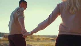 Pares en el amor que camina y que abraza en la luz brillante de la puesta del sol Amor moderno Relaciones modernas Tiroteo exteri almacen de metraje de vídeo