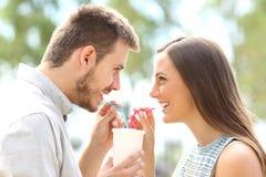 Pares en el amor que comparte una bebida Imagenes de archivo
