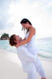 Pares en el amor que disfruta de vacaciones de verano. Foto de archivo