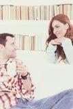 Pares en el amor que habla y que escucha el uno al otro foto de archivo libre de regalías
