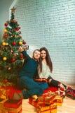 Pares en el amor que hace la Navidad Selfie Imágenes de archivo libres de regalías