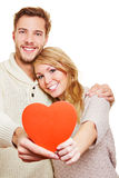 Pares en el amor que lleva a cabo el corazón rojo Foto de archivo