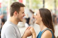 Pares en el amor que lleva a cabo las manos en la calle Fotografía de archivo libre de regalías