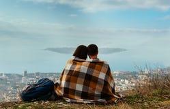 Pares en el amor que mira la isla en el mar Foto de archivo libre de regalías