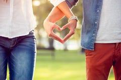 Pares en el amor que muestra el corazón Fotografía de archivo libre de regalías