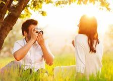 Pares en el amor que se besa en naturaleza foto de archivo