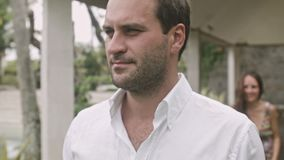 Pares en el amor que se divierte en la yarda en un día de fiesta en Bali almacen de metraje de vídeo