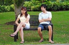 Pares en el amor que se sienta en banco con diversas actitudes Fotografía de archivo libre de regalías