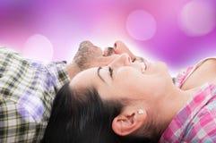 Pares en el amor que se sienta en el piso Imagenes de archivo