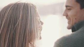 Pares en el amor que se sienta en la hierba y que abraza en un parque almacen de metraje de vídeo