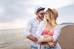 Pares en el amor que tiene datación de la diversión en la playa Imagenes de archivo