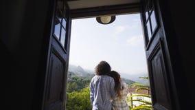 Pares en el balcón del chalet entre las colinas en pueblo metrajes