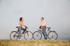 Pares en el bicycles2 Fotos de archivo libres de regalías