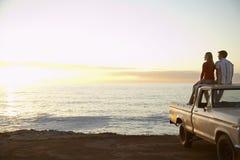 Pares en el camión de recogida parqueado en Front Of Ocean Imagen de archivo libre de regalías