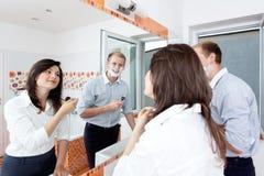 Pares en el cuarto de baño que consigue listo para el trabajo Fotos de archivo libres de regalías