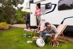 Pares en el día de fiesta de Van Enjoying Barbeque On Camping Imágenes de archivo libres de regalías