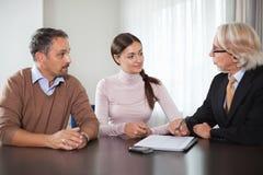 Pares en el encuentro con de un planificador financiero Fotos de archivo libres de regalías