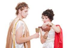 Pares en el estilo griego con el vino Foto de archivo libre de regalías