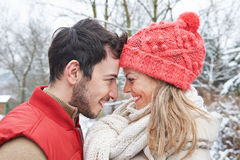 Pares en el invierno que pone las cabezas juntas Fotos de archivo libres de regalías