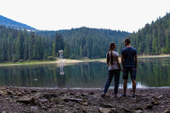 Pares en el lago de la montaña fotos de archivo libres de regalías