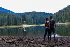 Pares en el lago de la montaña imagen de archivo libre de regalías
