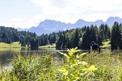 Pares en el lago Geroldsee con las montañas de Karwendel Fotografía de archivo