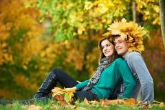 Pares en el otoño al aire libre Imagenes de archivo