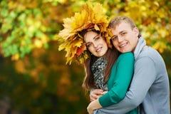Pares en el otoño al aire libre Imagen de archivo