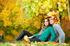 Pares en el otoño al aire libre Fotografía de archivo