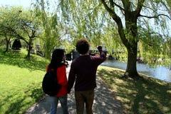 Pares en el parque Imágenes de archivo libres de regalías