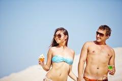 Pares en el partido de la playa Imagen de archivo libre de regalías