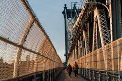 Pares en el puente de Manhattan en New York City Imágenes de archivo libres de regalías