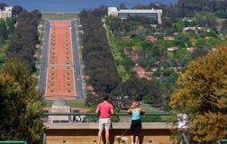 Pares en el puesto de observación de la montaña que ve la ciudad de Canberra imágenes de archivo libres de regalías
