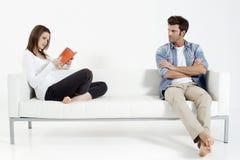 Pares en el sofá Fotos de archivo libres de regalías