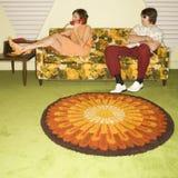 Pares en el sofá. Foto de archivo libre de regalías