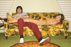 Pares en el sofá. Fotos de archivo libres de regalías
