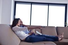 Pares en el sofá Imagen de archivo libre de regalías
