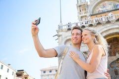 Pares en el viaje que toma la foto Venecia, Italia del selfie Foto de archivo libre de regalías