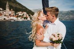 Pares en el yate de lujo que navega abajo del mar, Montene de la boda Fotografía de archivo libre de regalías