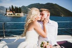 Pares en el yate de lujo que navega abajo del mar, Montene de la boda Fotos de archivo libres de regalías