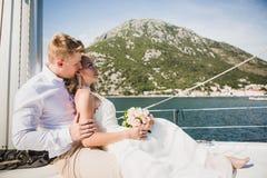 Pares en el yate de lujo que navega abajo del mar, Montene de la boda Fotos de archivo
