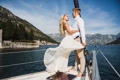 Pares en el yate de lujo que navega abajo del mar, Montene de la boda Imágenes de archivo libres de regalías