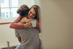 Pares en humor romántico en casa fotos de archivo libres de regalías