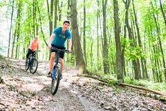 Pares en la bicicleta de la bici de montaña Foto de archivo libre de regalías